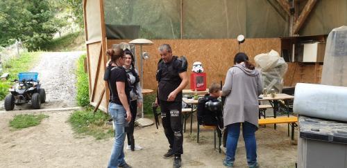 Taktik Besprechung im Laser Spieler Lager