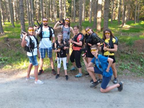 Familien Clan im Laser Wald