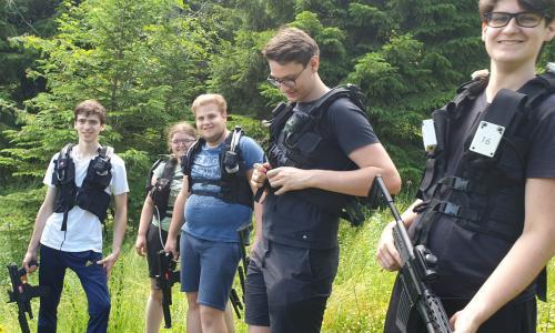 Junge Gruppe großer Wald